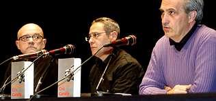 Caamaño, flanqueado por Miguel A. Fernández y el editor Acuña, en la presentación de su novela